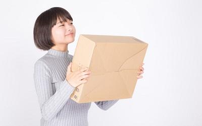 注文品が届いて喜ぶ女性