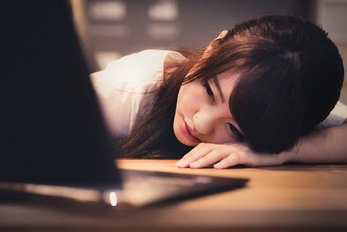 疲れてやる気が出ない女性