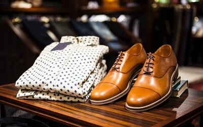 白シャツと茶色い革靴