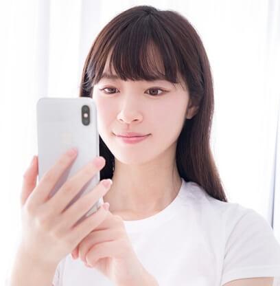 プロフィール画面を見る女性